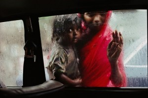 © Steve McCurry - Mother and child at Car Window, Mumbai, India, 1993.