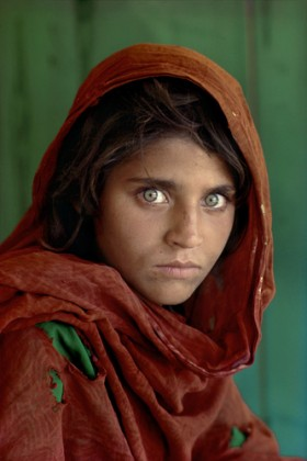 © Steve McCurry - Afghan Girl, near Pashawar, Pakistan, 1984