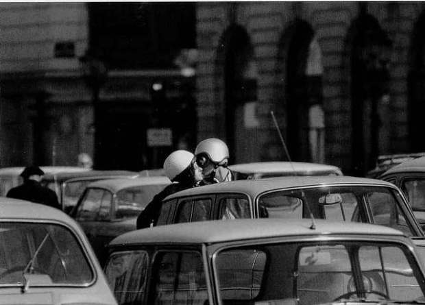 Doisneau -Baisers-casques-Paris-1966