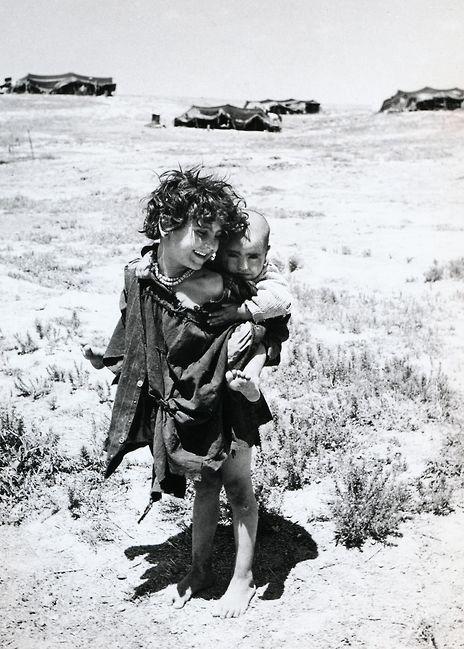 © Izis Bidermanas - Bambini della tribù dei beduini, regione di Beersieba (1953)