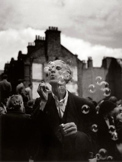 © Izis Bidermanas - L'uomo con le bolle di sapone, Whitechapel, Londra, 1952