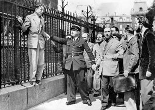 All'Uscita della Cattedrale di Notre Dame, alcuni civili minacciano un uomo sospettato di collaborazionismo Credits: Rue des Archives /RDA /Tips Images