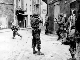 Combattenti nelle strade di Saint Malo. Credits: Rue des Archives /RDA /Tips Images