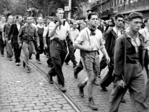 I partigiani marciano per le strade di Tolosa per i funerali in onore degli eroi caduti durante la liberazione della città. Credits: Rue des Archives /RDA /Tips Images