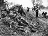 Truppe britanniche appostate a Cagny (Luglio 1944) Credits: Rue des Archives /RDA /Tips Images