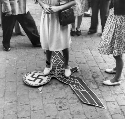 Liberazione di Tolosa, un'aquila nazista calpestata da una donna (19 agosto 1944) Credits: Rue des Archives /RDA /Tips Images