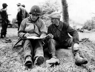 Normandia, Un civile francese fornisce informazioni ad un soldato americano. (giugno 1944) Credits: Rue des Archives /RDA /Tips Images