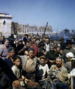 Sfollati italiani attendono in un punto di raccolta ad Anzio l'imbarco sulle navi che li porteranno a Napoli, giugno 1944
