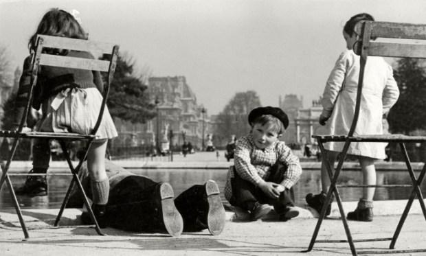 ~en:Children at the Grand Bassin in the Jardin des Tuileries ~